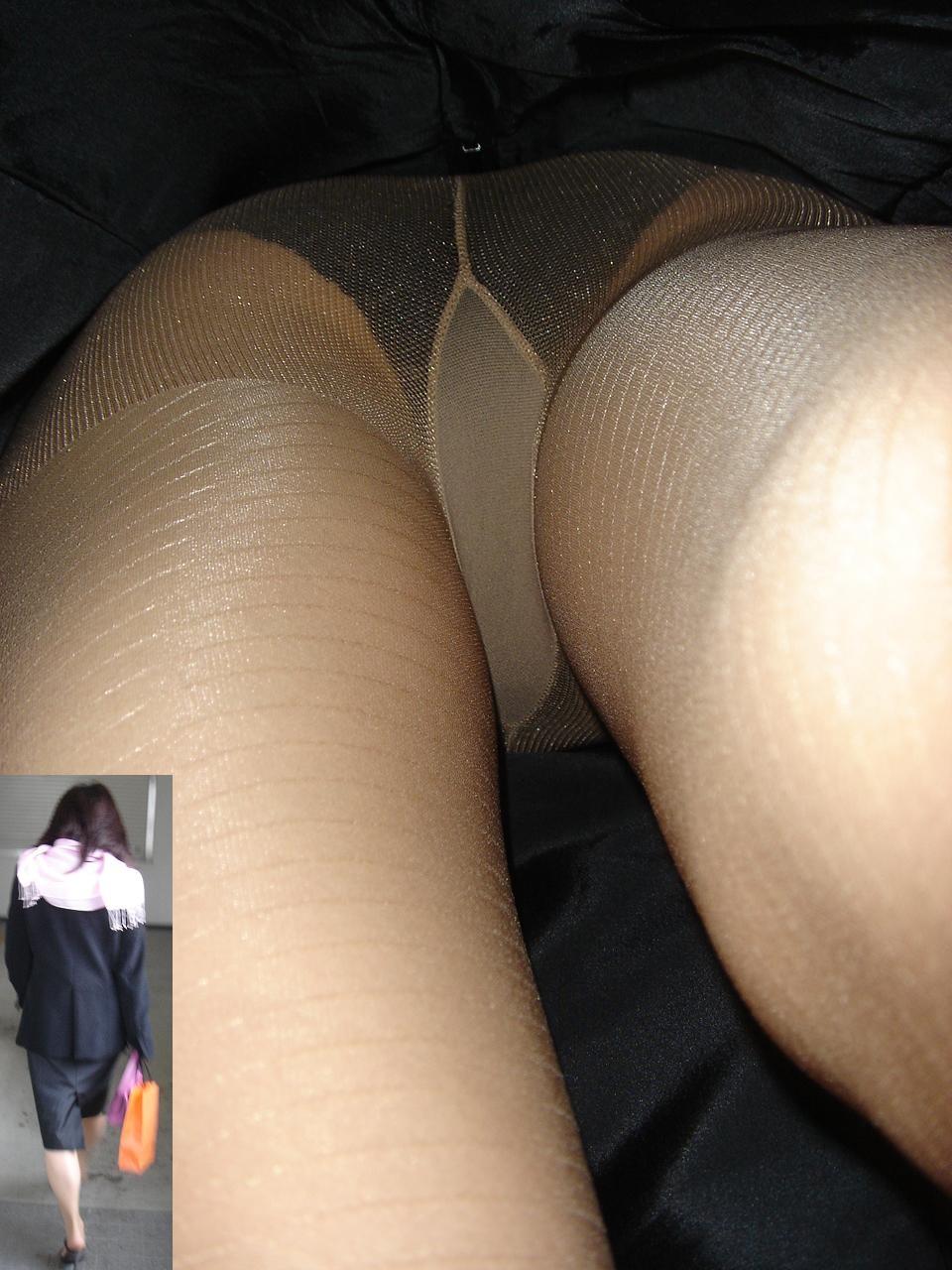 黒パンティーがセクシーで思わず凝視!