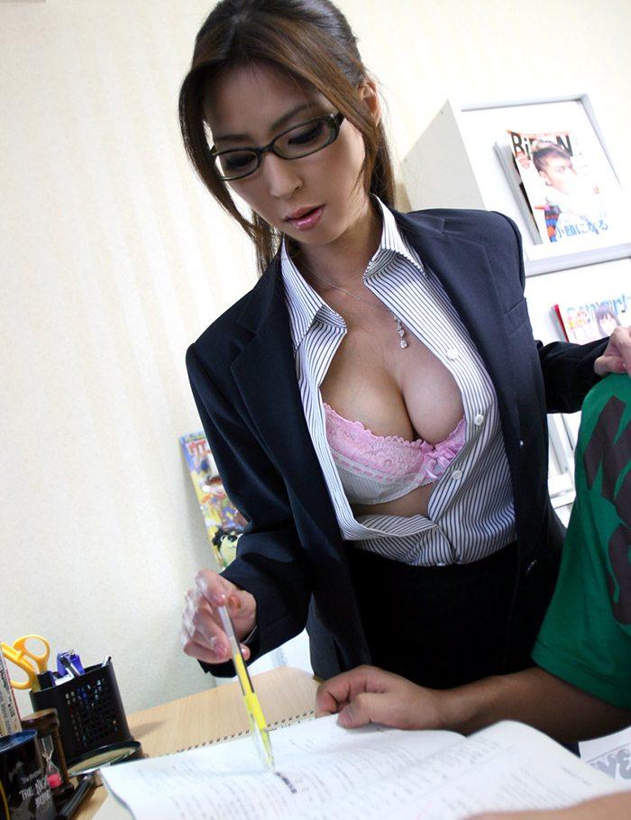 シャツのボタンを外して巨乳で誘惑!