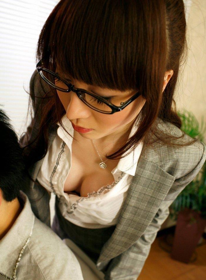メガネが似合う綺麗な巨乳家庭教師!