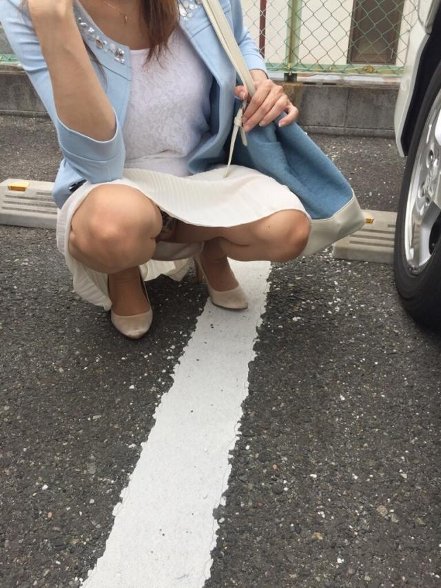 駐車場でしゃがみパンチラするお姉さん!