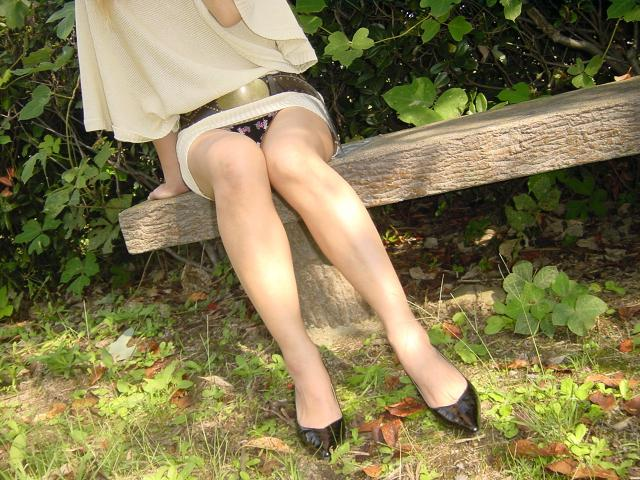 ミニスカ女子の黒色の柄パンティーを盗撮!