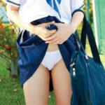 【JK下着見せエロ画像】女子校生が自らスカートを捲ってパンモロ状態…エッチなパンツを堪能できる!