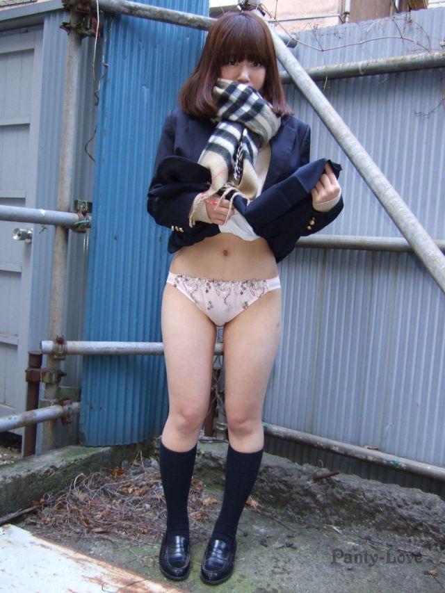 激カワ女子校生のパンティーが丸見え!