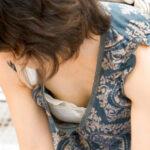 【熟女胸チラ盗撮エロ画像】胸元がユル過ぎる奥様たちのオッパイ谷間を絶妙なアングルで覗き見!