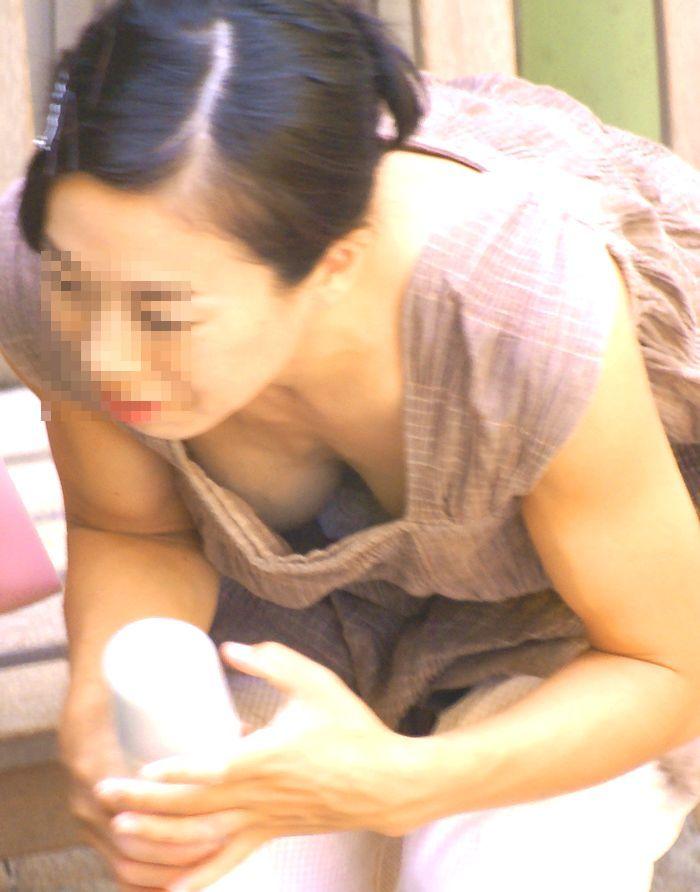 美人妻の胸チラをバッチリ隠し撮り!