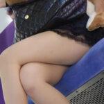 【電車足組み盗撮エロ画像】美脚女性のセクシーな太ももに思わずドキドキしちゃう!
