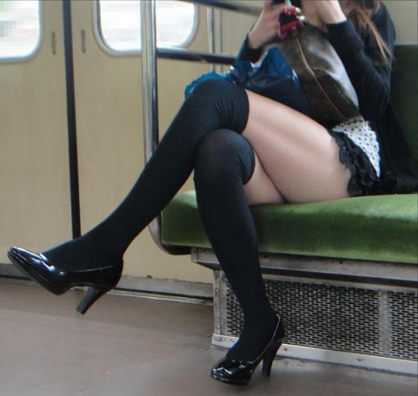 ニーソ履いてる美女が足組みしてる!
