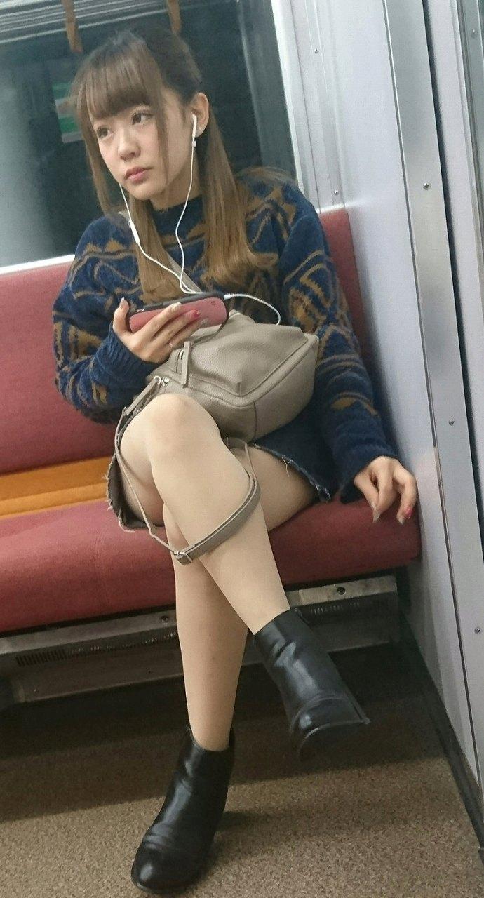可愛い女の子の太ももに釘付け!