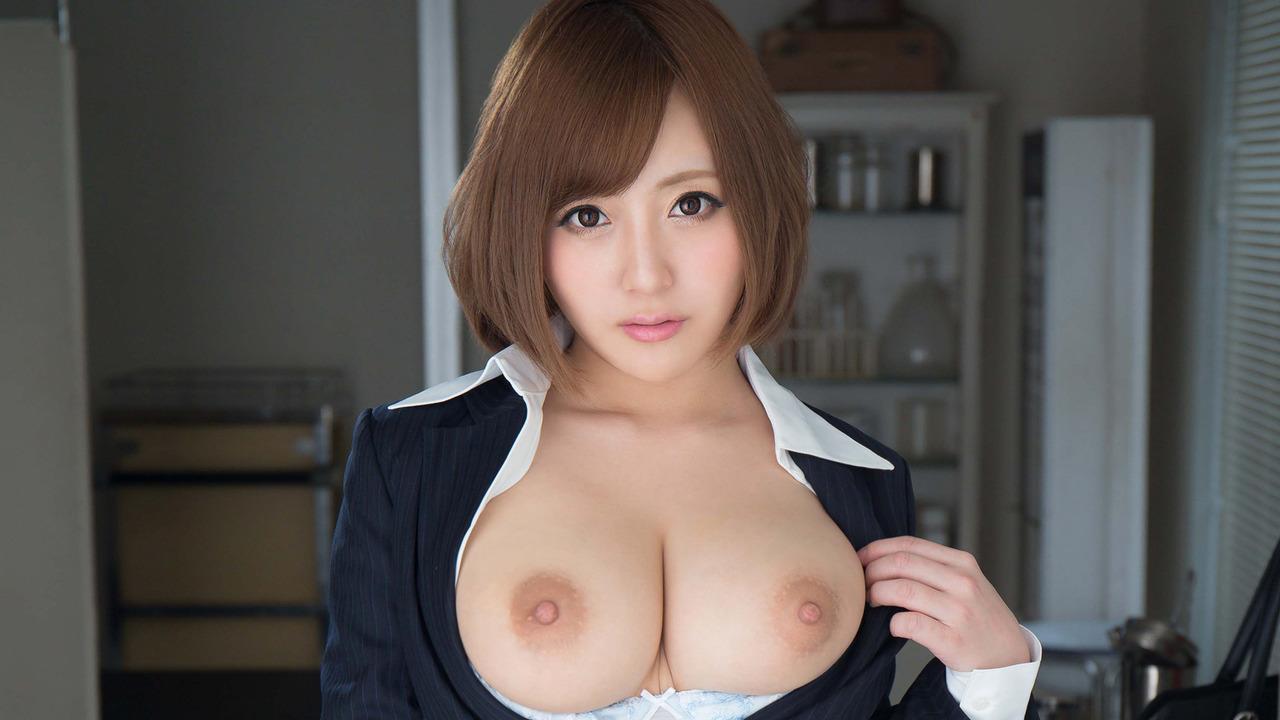 激カワ美女OLが巨乳を見せつけ!