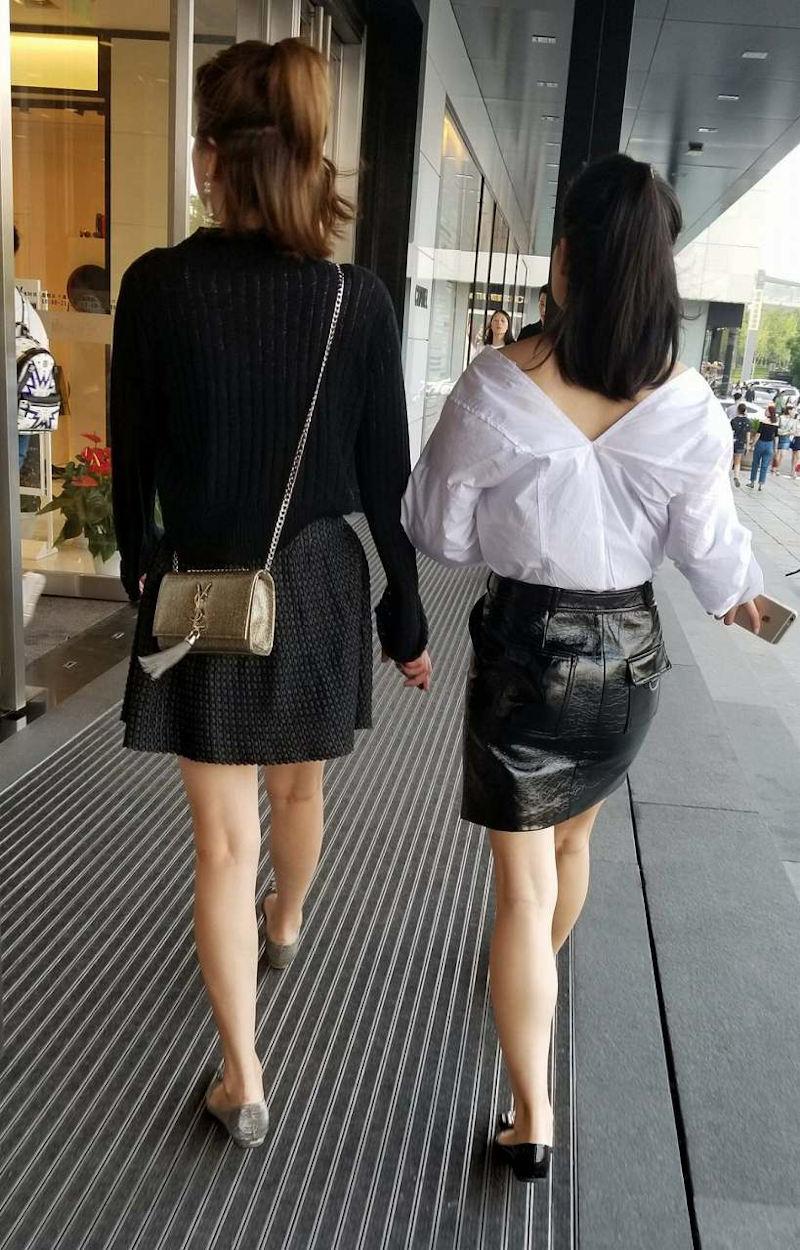 二人のミニスカ女性の美脚をガン見!