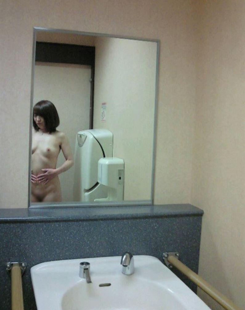 ショートカット女性がトイレで露出中!