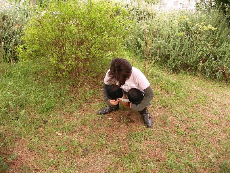 草むらに隠れて放尿してる所を撮影!