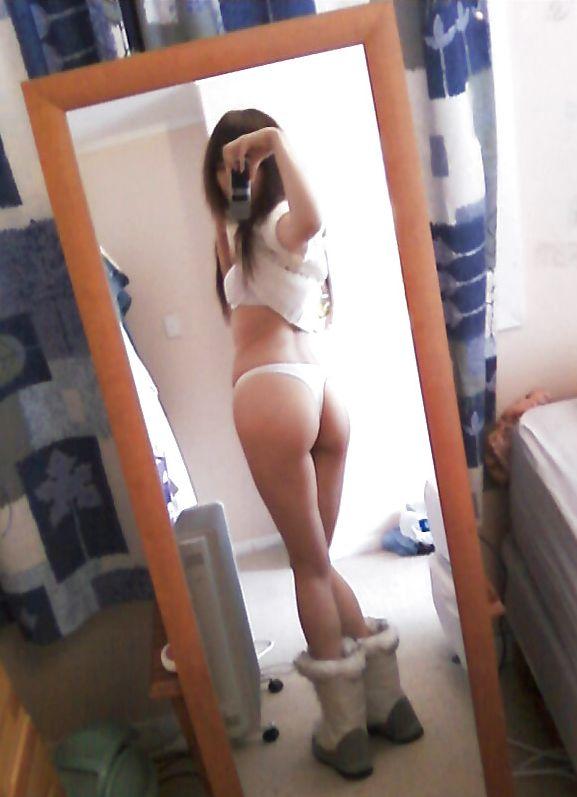 鏡の前で自撮りする美尻の素人娘!