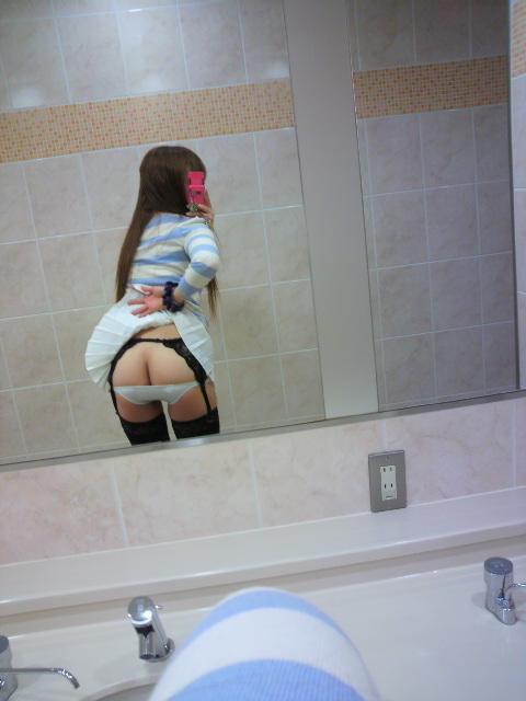 スカートを捲って美尻を撮ってるお姉さん!