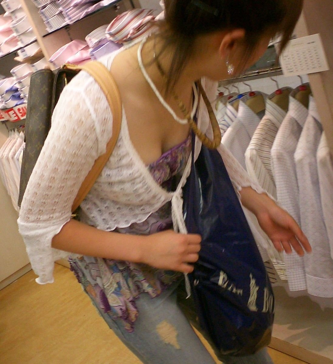 買い物中のお姉さんの胸チラを盗撮!