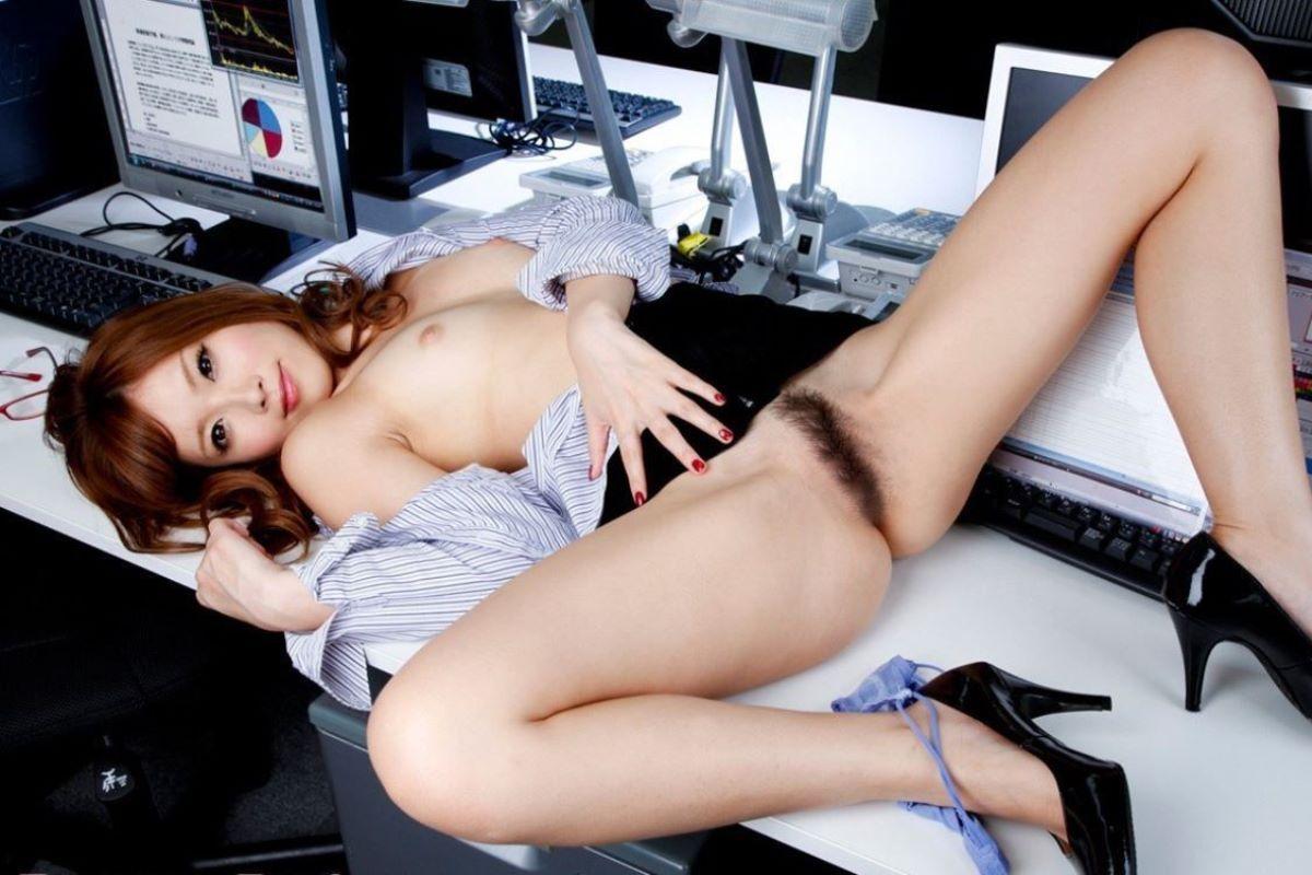 デスクの上でセクシー姿を晒してるOL!
