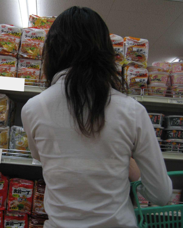 スーパーマーケットで透けブラ女性を発見!