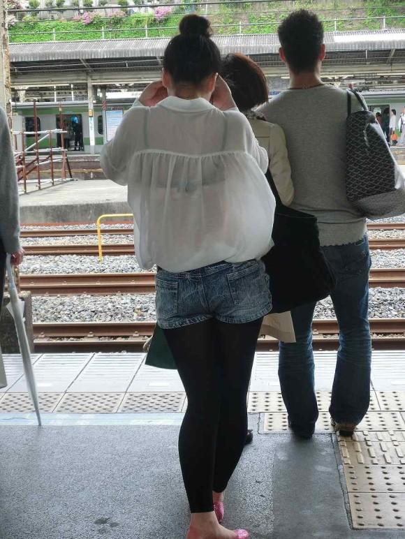 駅ホームで下着が透けまくりな素人さん!