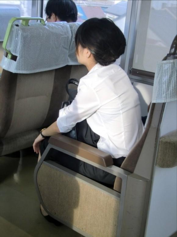 電車内で透けブラするお姉さんを盗撮!