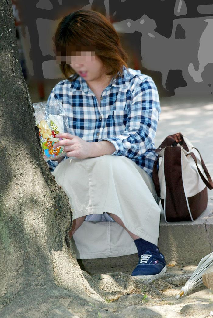 お菓子を食べようとしてる女性を隠し撮り!