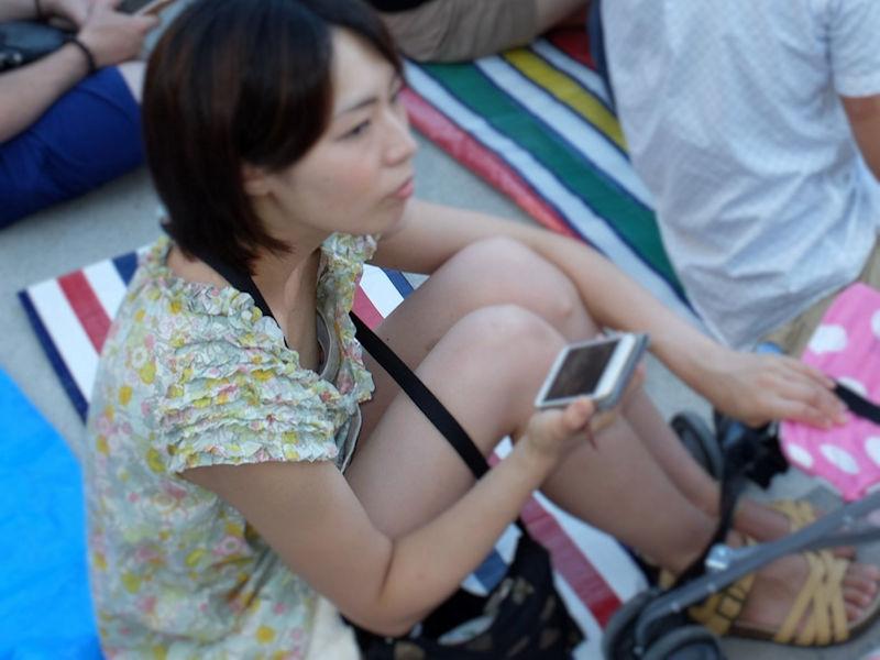 激カワ素人女性の胸チラを隠し撮り!