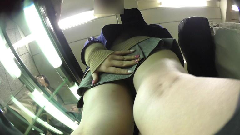 制服スカートの中を執拗に隠し撮り!