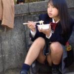 【JKパンチラ盗撮エロ画像】様々な場所で激写された女子校生のパンツ…股間付近はイヤらしいな!