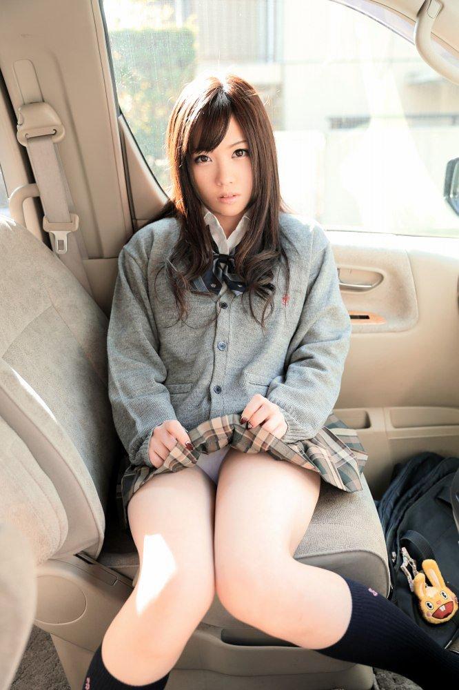 車内で下着をチラ見せする女子校生!