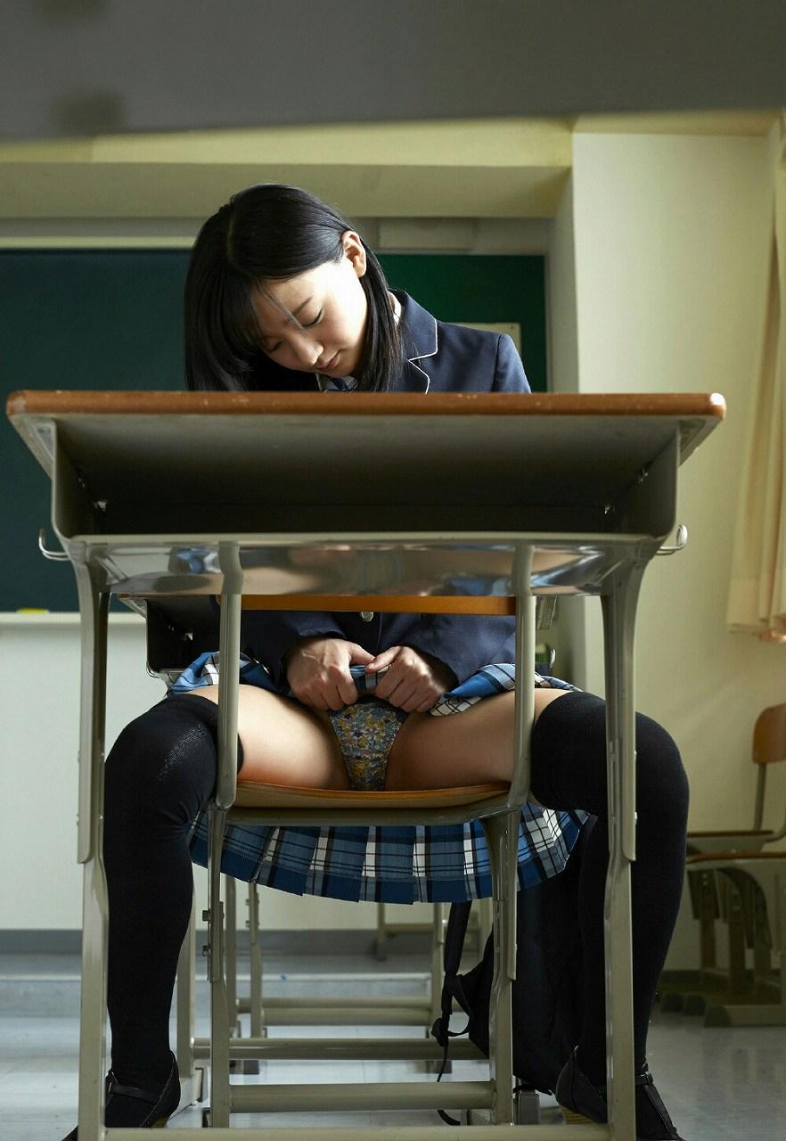 椅子に座って柄パンツを披露する制服JK!