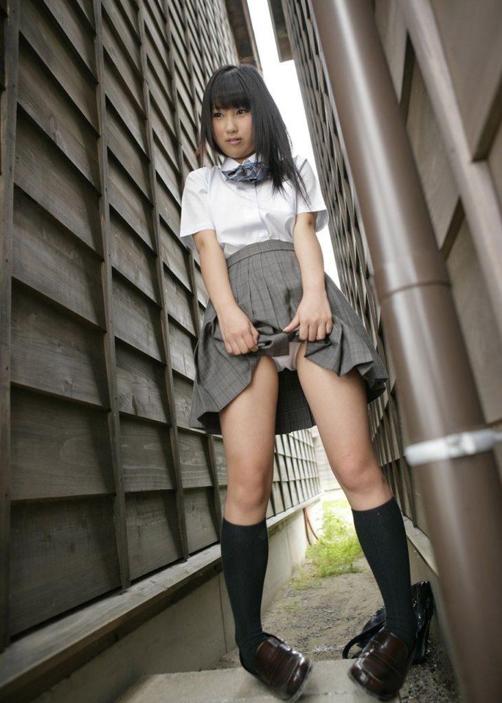 清楚な女子校生が野外でパンツ見せ!