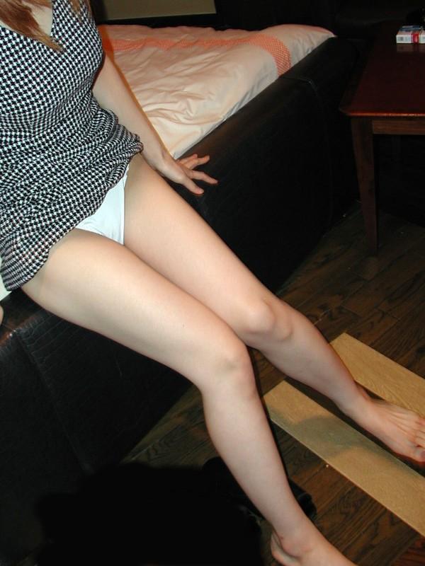 綺麗な美脚と純白パンツが気になる!