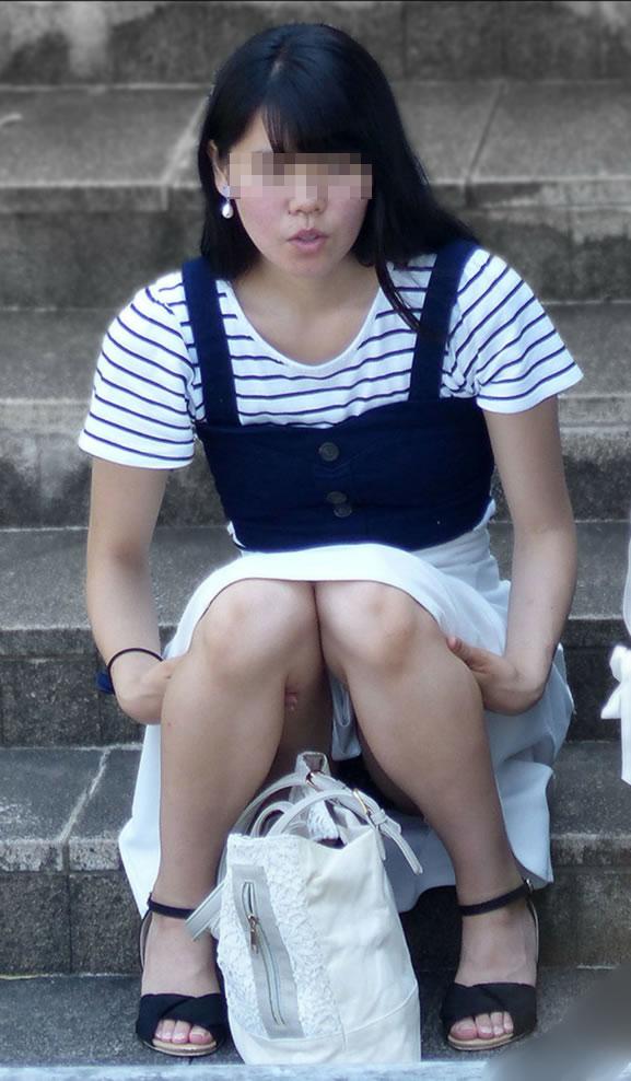 階段に座るお姉さんのパンチラ撮影!