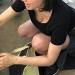 【胸チラ盗撮エロ画像】ガン見確定!!素人女性が柔らかそうなオッパイをお披露目してる!