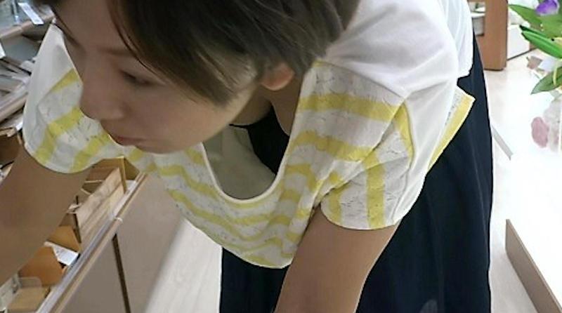 胸元が大きく開いてブラとお乳が見えまくり!