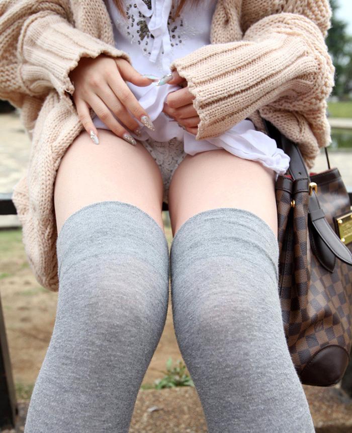 野外でスカート捲りパンツ見せする!