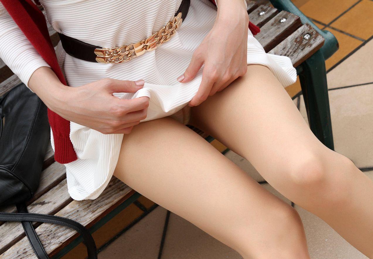 ベンチに座ってスカートを捲ってる!