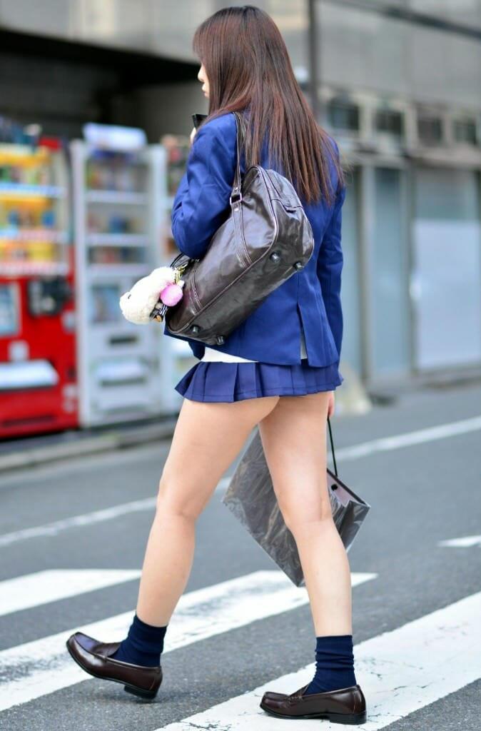スカートが短すぎて尻肉まで見えてる!