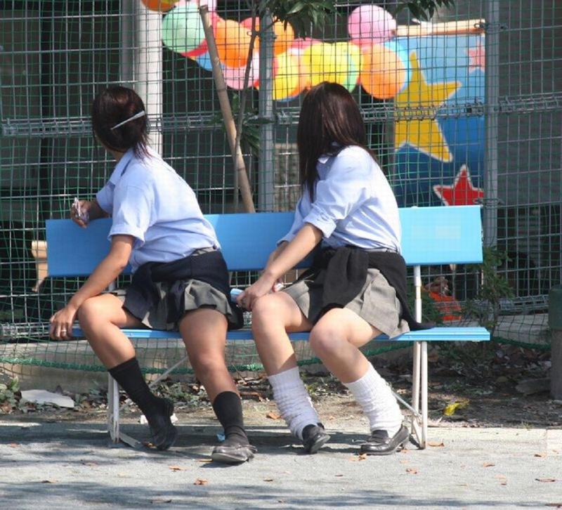 ベンチに座る女子校生たちの美脚を撮影!