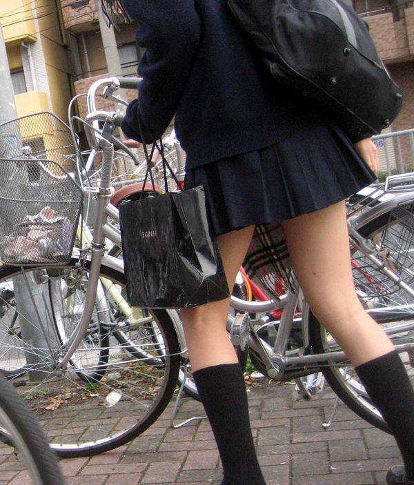 制服姿の若さ溢れる生足が堪りませんね!