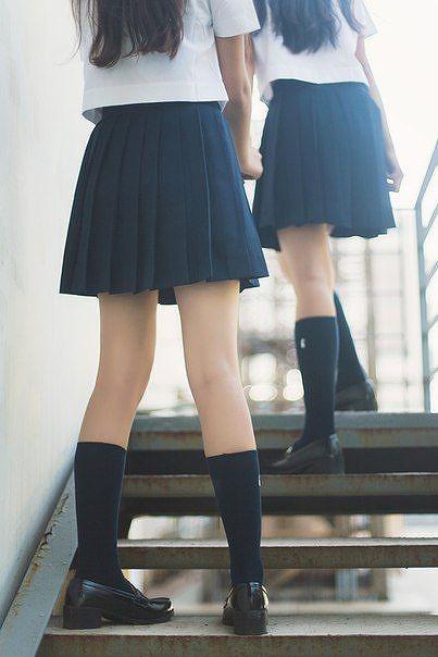 清楚な女子校生の綺麗な生足に見惚れた!