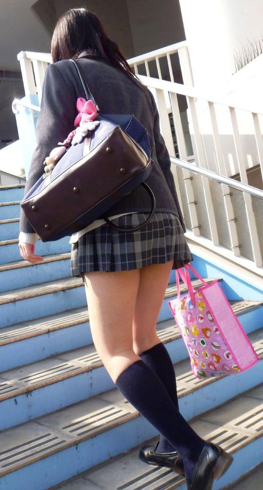 歩道橋の階段でJKの美脚を撮影!