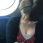 【胸チラ盗撮エロ画像】電車に乗ってるだけでオカズにされる素人女性…自然体でオッパイを晒す!