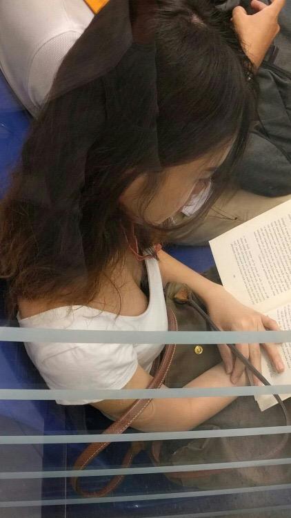 本を読んでる激カワお姉さんの胸チラ!