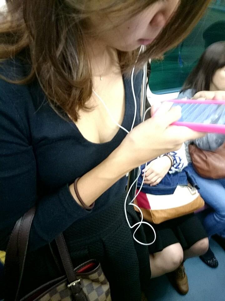 電車内でギャルの胸チラを狙った!
