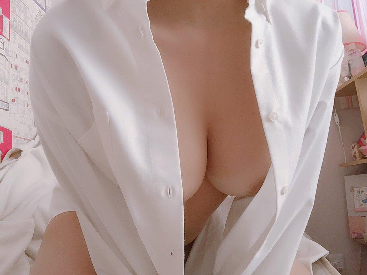 シャツがはだけて谷間が丸見え!