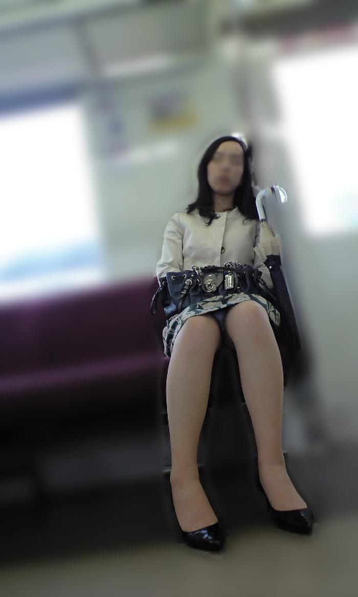 寝てる清掃系の熟女のパンチラ盗撮!
