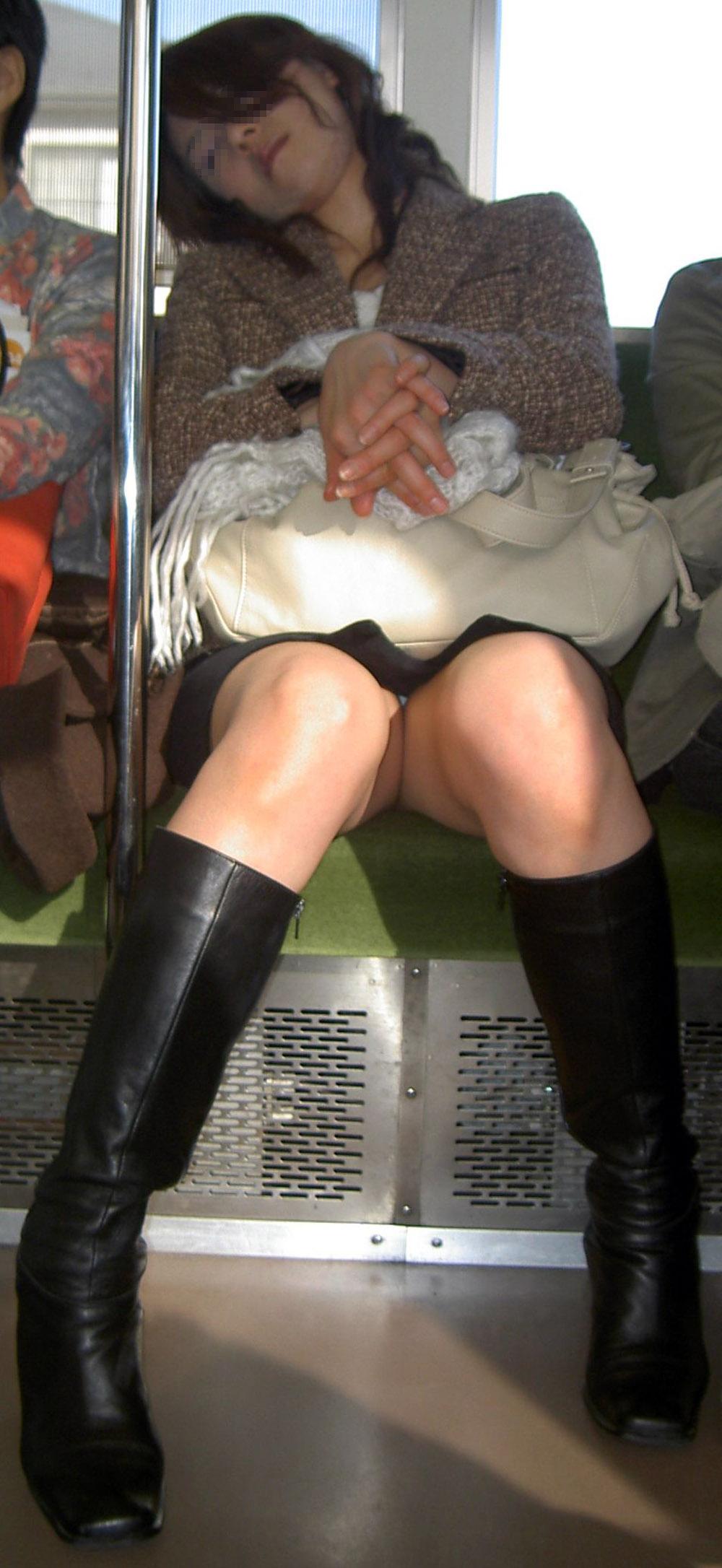 電車で居眠りしてパンツがチラ見え!