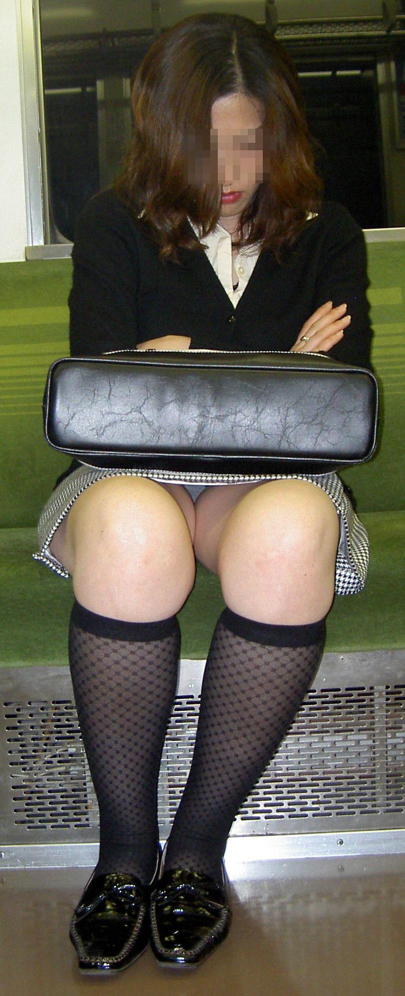 熟女の太もも奥に見えた下着を隠し撮り!
