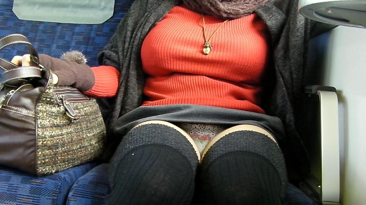 巨乳熟女が派手なパンティー履いてる!