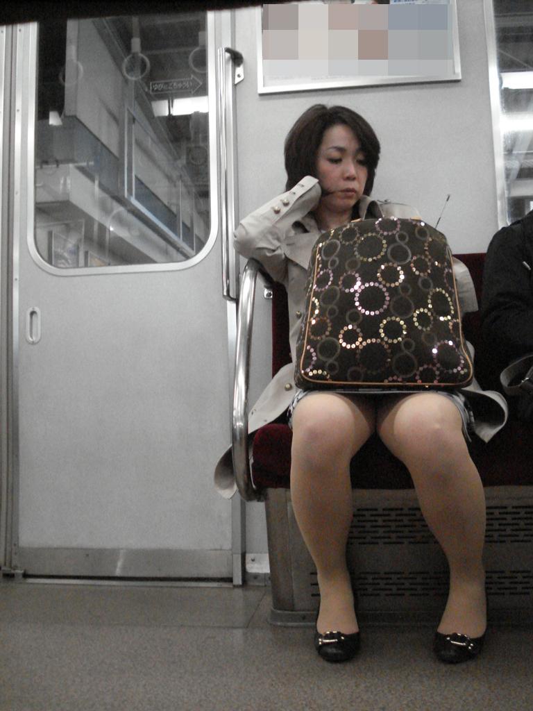 タイトスカートの美熟女の下着を覗く!